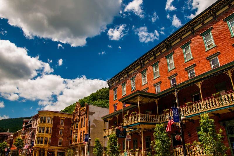 Schöner Sommerhimmel über Gebäuden in historischem Jim Thorpe lizenzfreies stockbild