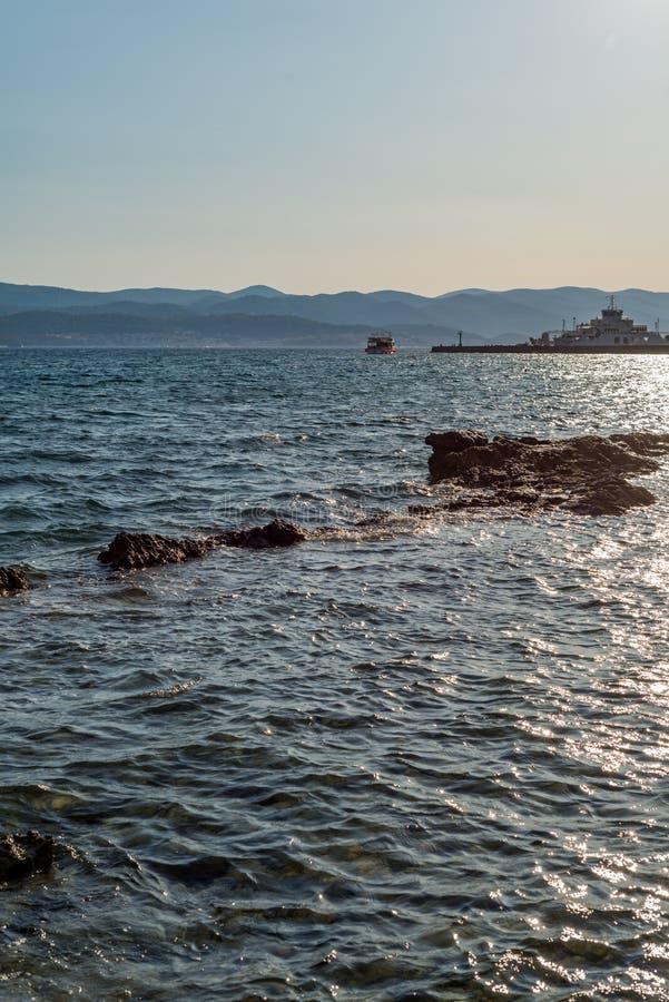 Sch?ner Sommermeerblick mit F?hre in Orebic, Peljesac-Halbinsel, Dalmatien, Kroatien lizenzfreies stockfoto
