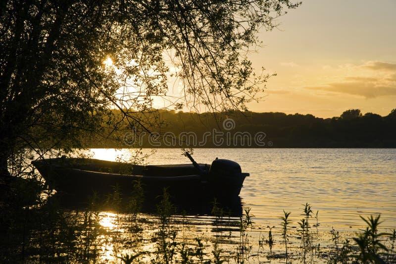 Schöner Sommersonnenuntergang über ruhigem See stockbilder