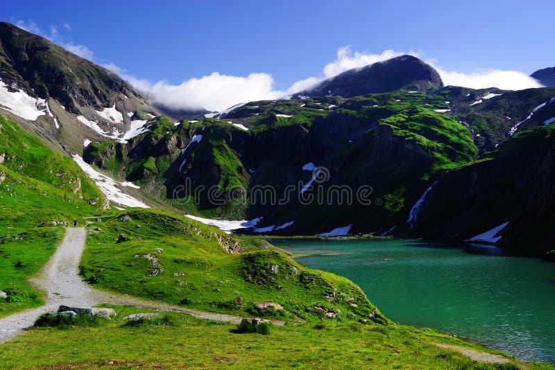 Schöner Sommertag auf dem Nassfeld Speicher Seeufer, nahe bei hoher alpiner Straße Grossglockner lizenzfreies stockfoto
