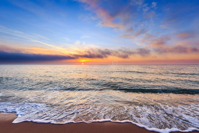 Schöner Sonnenaufgang über dem Meer lizenzfreies stockbild