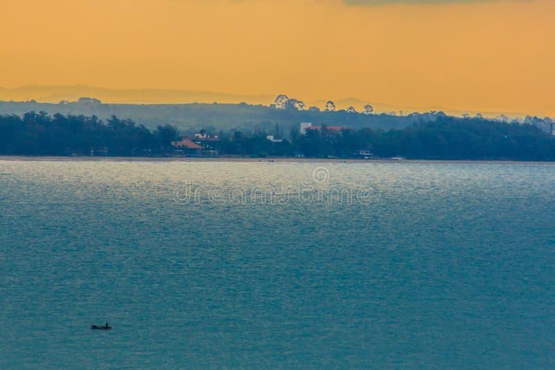 Schöner Sonnenaufgang über dem Meer morgens am bewölkten Tag, dem Sonne Bruch durch die Wolken strahlt Sun, der durch Wolken wi s lizenzfreies stockbild