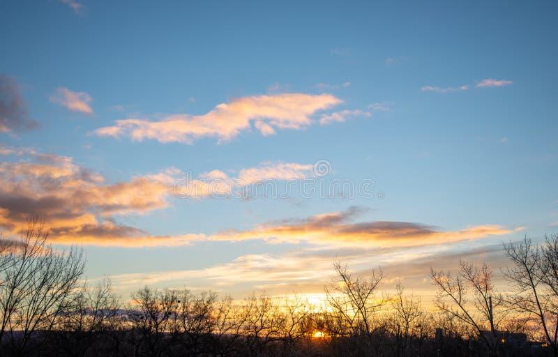 Schöner Sonnenaufgang über der Stadt stockbild