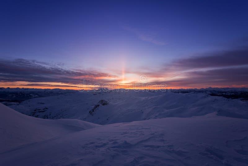 Schöner Sonnenaufgang auf den Berggipfeln der Alpen, Europa lizenzfreies stockfoto
