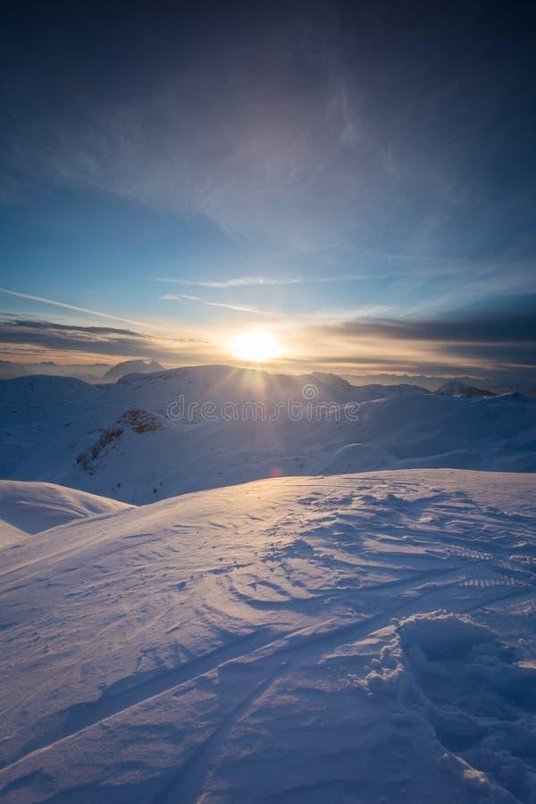 Schöner Sonnenaufgang auf die Oberseite des Hochgebirges in Österreich stockfotografie