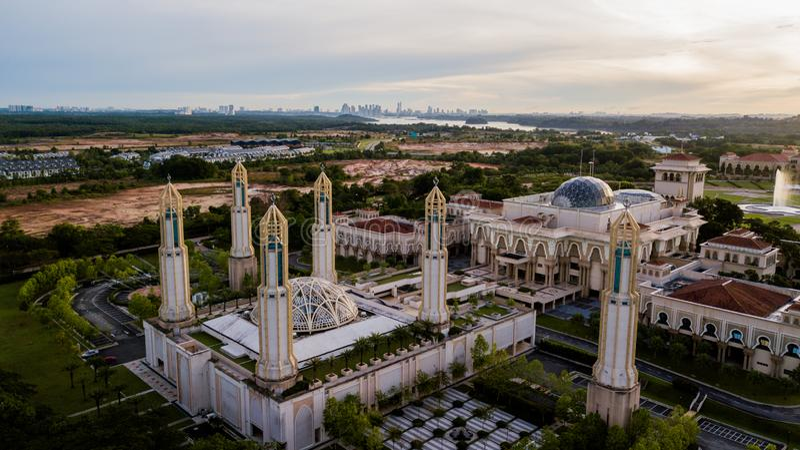 Schöner Sonnenaufgang aus der Luft auf der Kota Iskandar Moschee in Kota Iskandar, Iskandar Puteri, Johor State stockfotos