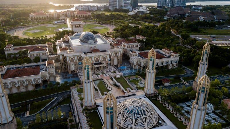 Schöner Sonnenaufgang aus der Luft auf der Kota Iskandar Moschee in Kota Iskandar, Iskandar Puteri, Johor State lizenzfreies stockfoto