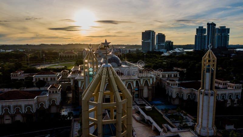 Schöner Sonnenaufgang aus der Luft auf der Kota Iskandar Moschee in Kota Iskandar, Iskandar Puteri, Johor State lizenzfreies stockbild
