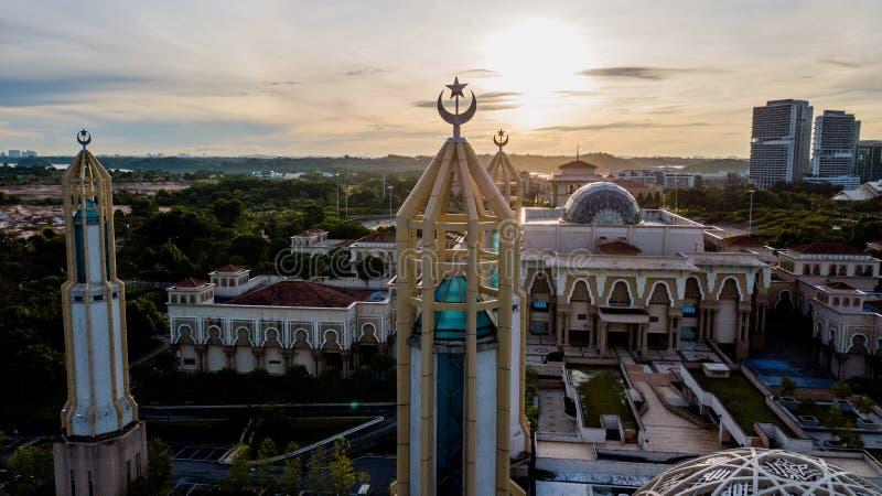 Schöner Sonnenaufgang aus der Luft auf der Kota Iskandar Moschee in Kota Iskandar, Iskandar Puteri, Johor State stockfoto