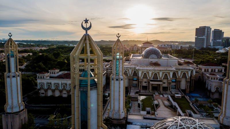 Schöner Sonnenaufgang aus der Luft auf der Kota Iskandar Moschee in Kota Iskandar, Iskandar Puteri, Johor State stockfotografie