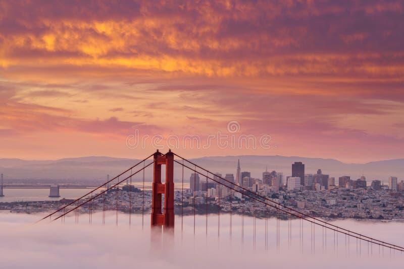 Schöner Sonnenaufgang bei Golden gate bridge im niedrigen Nebel lizenzfreies stockbild