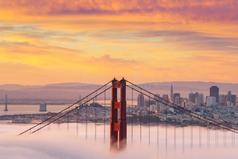 Schöner Sonnenaufgang bei Golden gate bridge im niedrigen Nebel lizenzfreie stockbilder