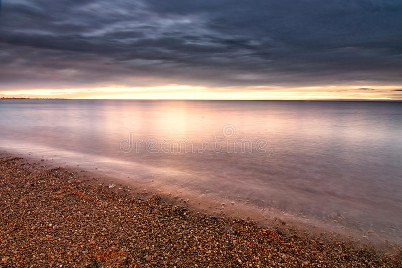 Schöner Sonnenaufgang der Küstenlinie von Straße von Magellan stockfotografie