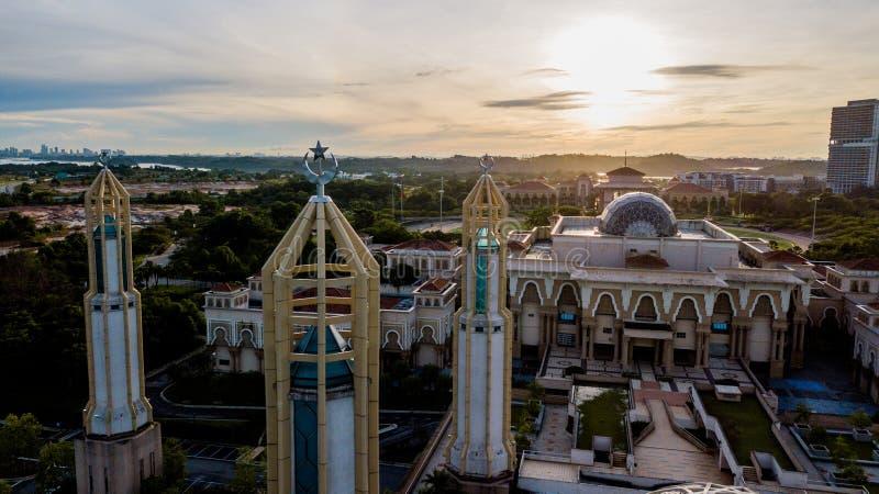 Schöner Sonnenaufgang an der Kota Iskandar Moschee in Kota Iskandar, Iskandar Puteri, Johor State lizenzfreie stockfotos