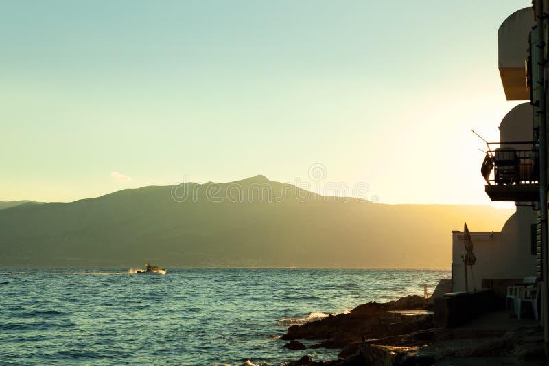 Schöner Sonnenaufgang nahe Ufergegend in einem Hafen von Postira-Stadt - Kroatien stockfoto
