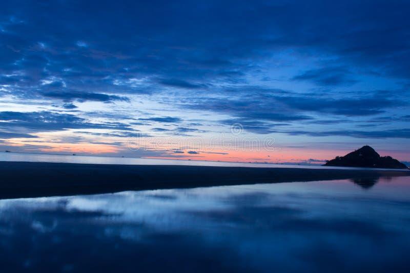 Schöner Sonnenaufgang am Strand, erstaunliche Farben stockfotografie