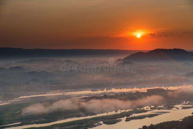 Schöner Sonnenaufgang und drastisch stockfoto