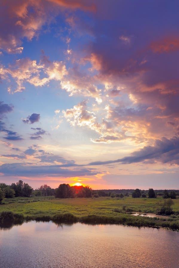 Schöner Sonnenaufgang und romantische Wolken auf dem Himmel. stockbild
