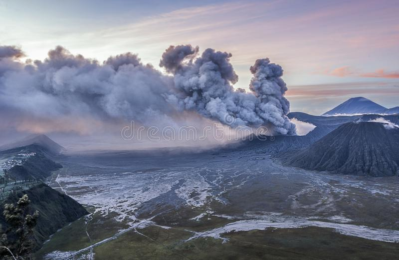 Schöner Sonnenaufgang und vulkanische Eruption von Mt Bromo lizenzfreie stockbilder