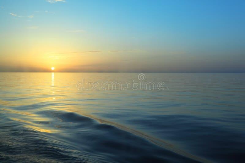 Schöner Sonnenaufgang unter Wasser. stockbilder