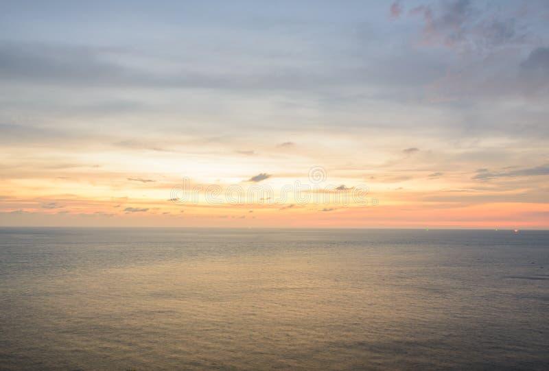 Schöner Sonnenaufgang unter Wasser von Meer in Phuket, Thailand stockfotos