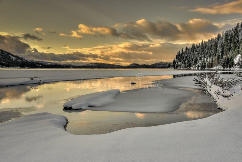 Schöner Sonnenaufgang von einem Gebirgssee in Idaho lizenzfreie stockbilder