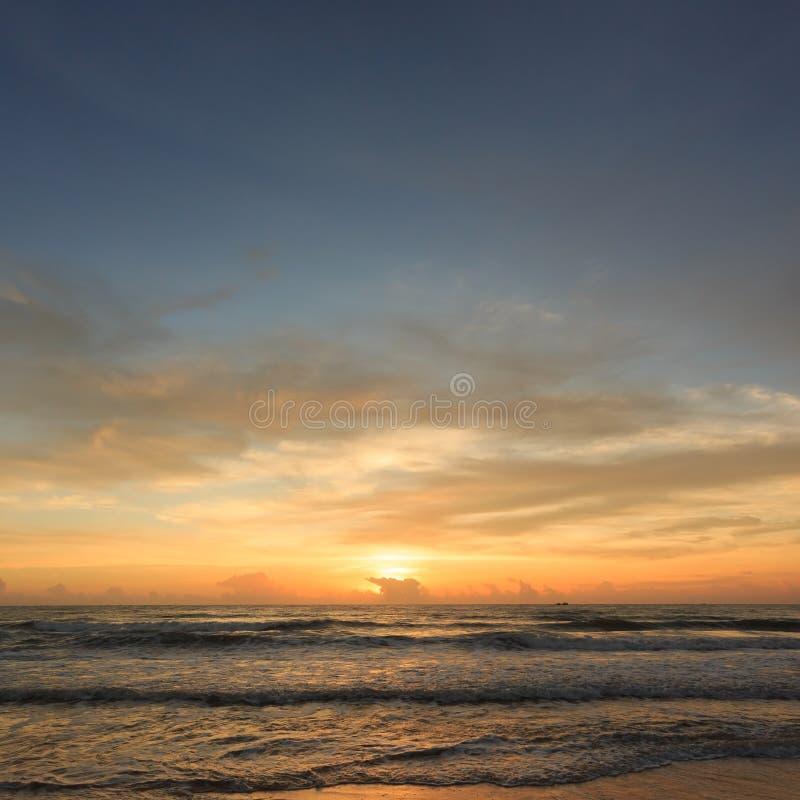 Schöner Sonnenaufganghimmel morgens mit bunter Wolke auf Meer lizenzfreie stockbilder