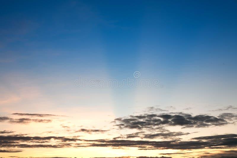 Schöner Sonnenschein am Morgenhimmel stockfotos