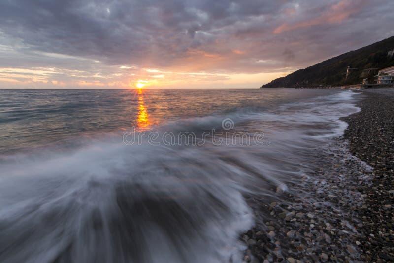 Schöner Sonnenuntergang über dem Meer lizenzfreie stockfotos