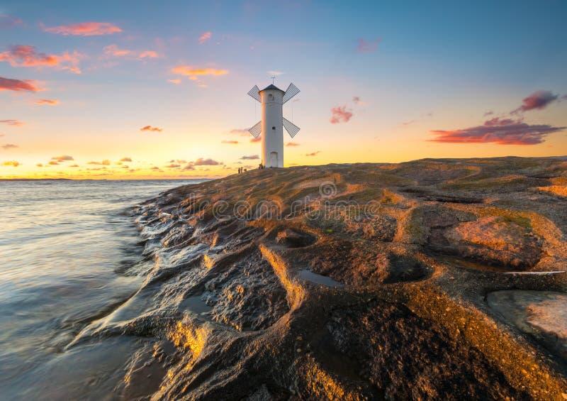 Schöner Sonnenuntergang über einem Windmühle-förmigen Leuchtturm, Swinoujscie, lizenzfreies stockfoto