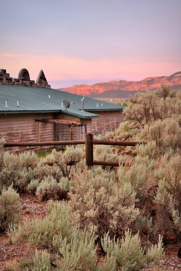 Schöner Sonnenuntergang über Motel in Utah, USA stockfotografie