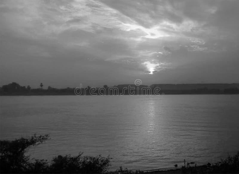 Sch?ner Sonnenuntergang ?ber Null in Luxor, ?gypten lizenzfreies stockfoto