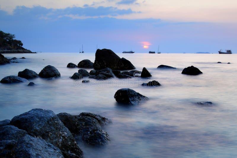 Schöner Sonnenuntergang in Andaman-Meer, Thailand lizenzfreie stockbilder