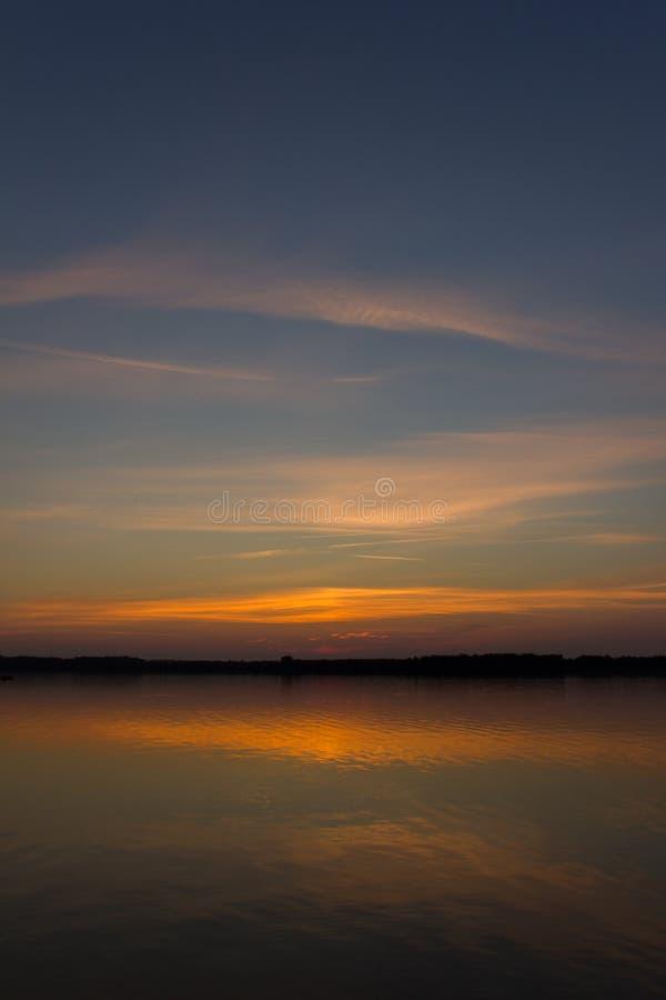 Schöner Sonnenuntergang auf dem See stockfotos