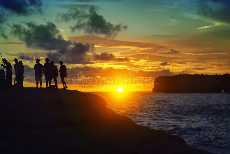 Schöner Sonnenuntergang auf dem Strand in Indonesien stockbilder