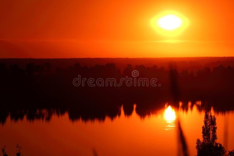 Schöner Sonnenuntergang auf dem Ufer lizenzfreie stockbilder