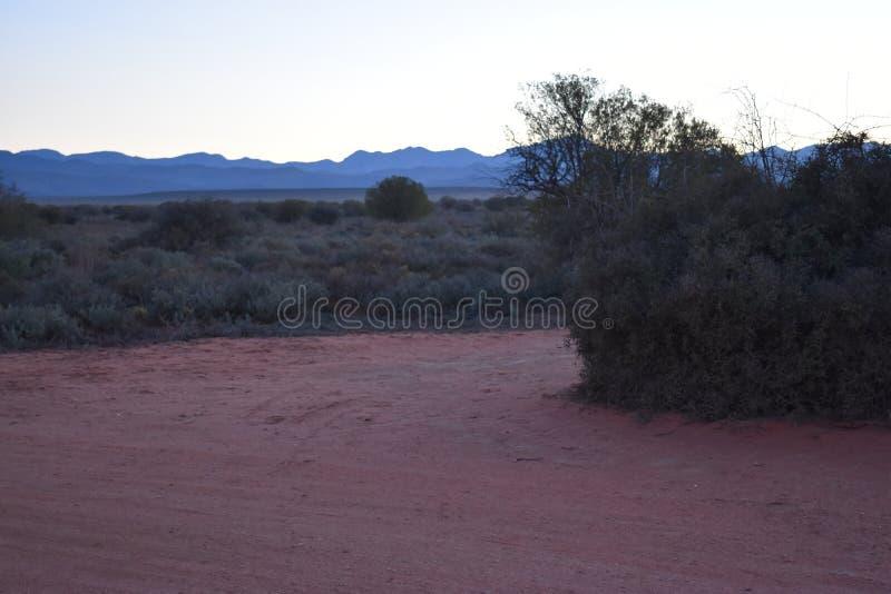 Schöner Sonnenuntergang auf dem Weg zum Meerkat-Abenteuer in Oudtshoorn, wenig Karoo in Südafrika stockbild