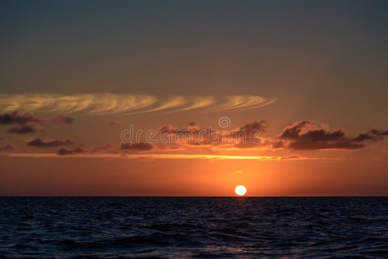 Schöner Sonnenuntergang auf karibischem Meer stockbilder