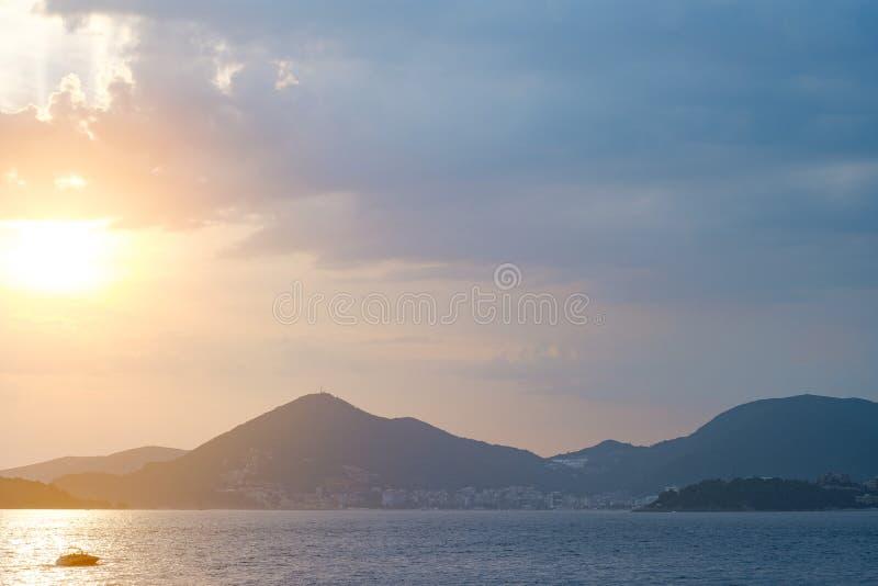 Schöner Sonnenuntergang in dem Meer mit Blick auf die Berge Monten stockfoto