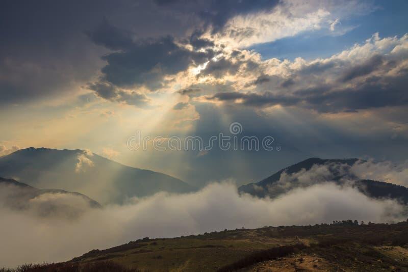 Schöner Sonnenuntergang in den Wolken lizenzfreie stockfotografie