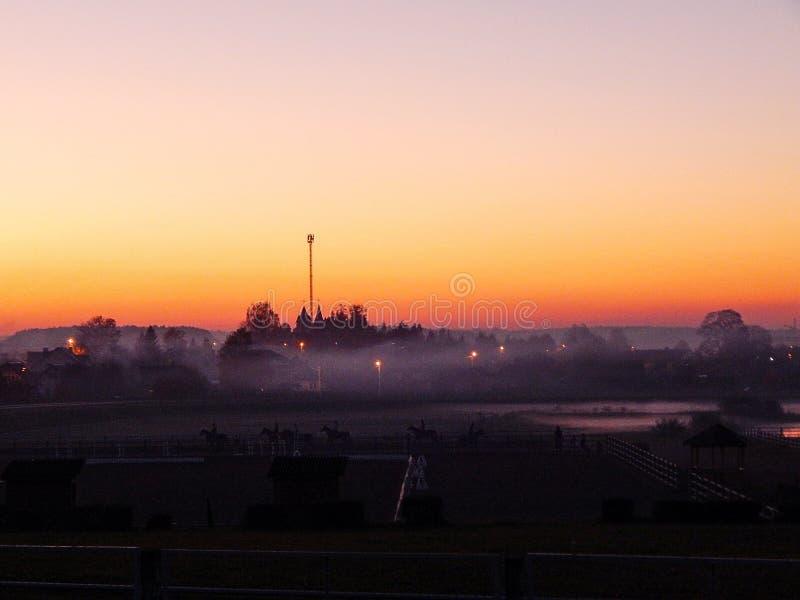 Schöner Sonnenuntergang in der Stadt Orange und viotet Sonnenuntergang stockbilder
