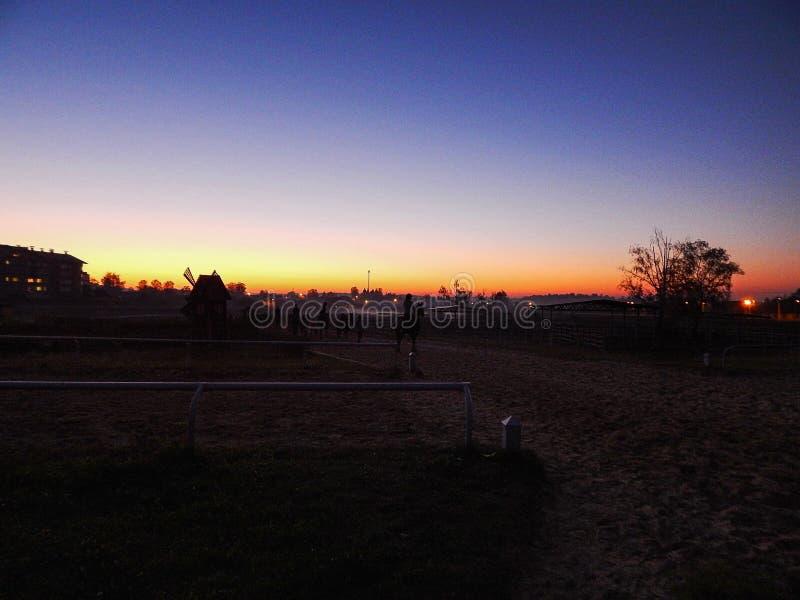 Schöner Sonnenuntergang in der Stadt Orange und viotet Sonnenuntergang lizenzfreie stockfotografie