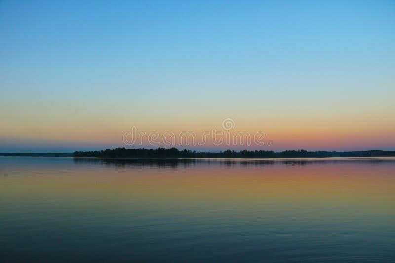 Schöner Sonnenuntergang durch den See, Sonnenuntergang, Hintergrund stockbilder