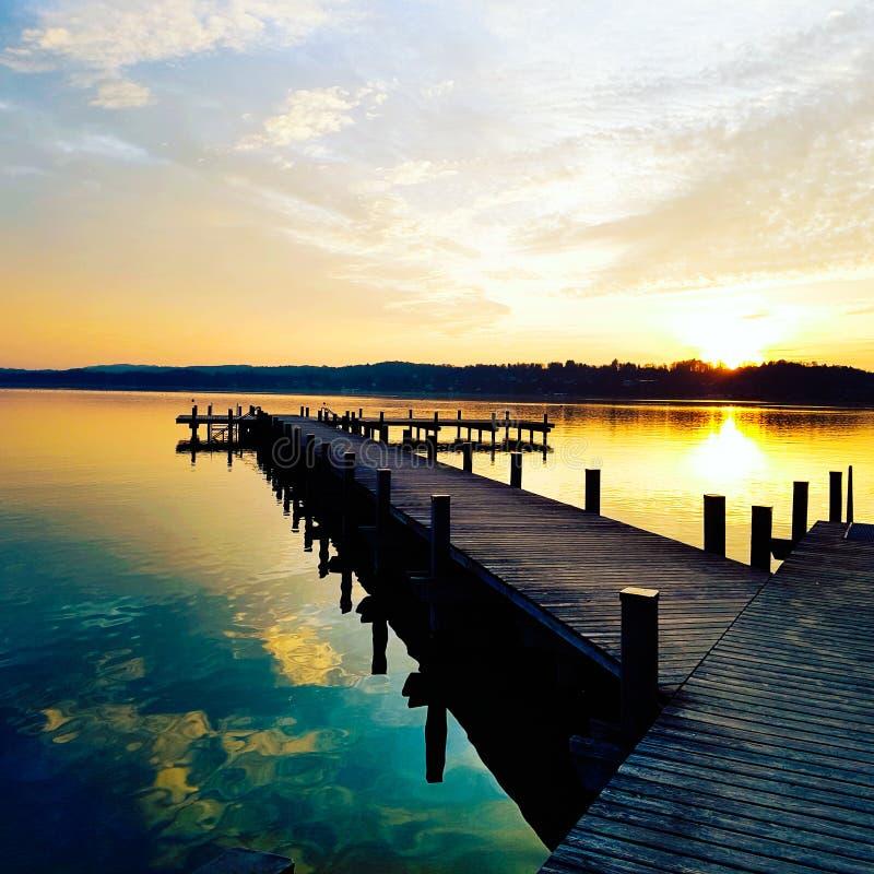 Schöner Sonnenuntergang, dynamische Farben stockfotos