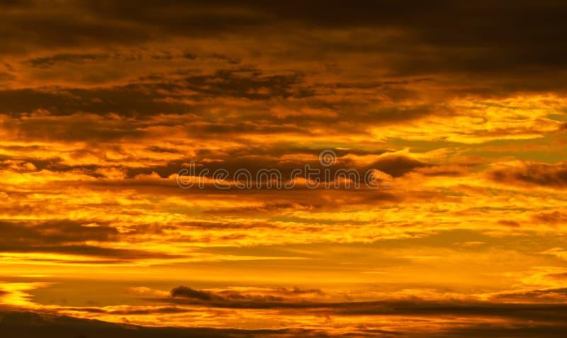 Schöner Sonnenuntergang Goldener Sonnenuntergang mit wunderschönen Wolkenmustern Orangefarbene, gelbe und dunkle Wolken am Abend  lizenzfreie stockbilder