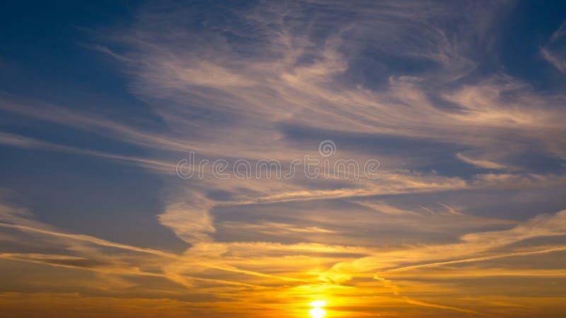 Schöner Sonnenuntergang im Himmel lizenzfreie stockfotos