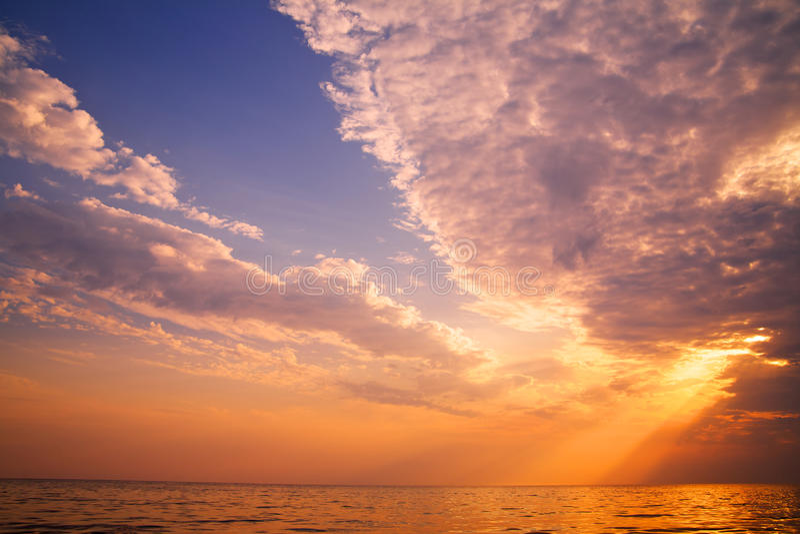 Schöner Sonnenuntergang im tropischen Meer stockfotografie
