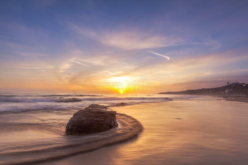 Schöner Sonnenuntergang an Laguna-Strand in Süd-Kalifornien stockfotos