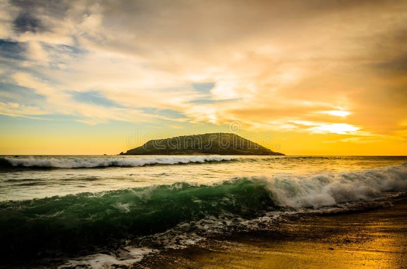 Schöner Sonnenuntergang an Mazatlan-Strand, Mexiko lizenzfreie stockfotos