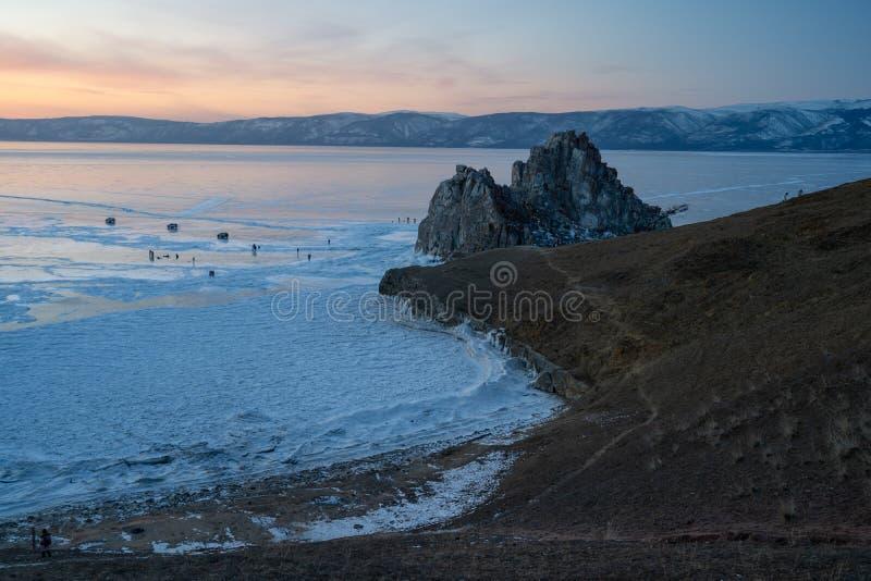 Schöner Sonnenuntergang am Medizinmannfelsen, heiliger Stein von Olkhon-Insel, Baikal See, Sibirien, Russland stockbild